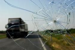 ist2_7021683-broken-windshi